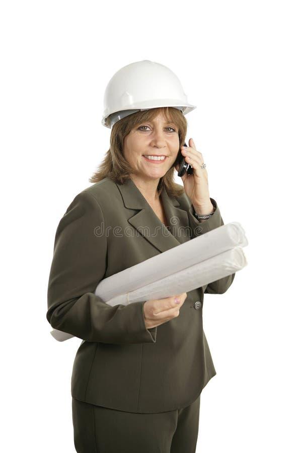 Arquiteto fêmea feliz no telefone fotos de stock