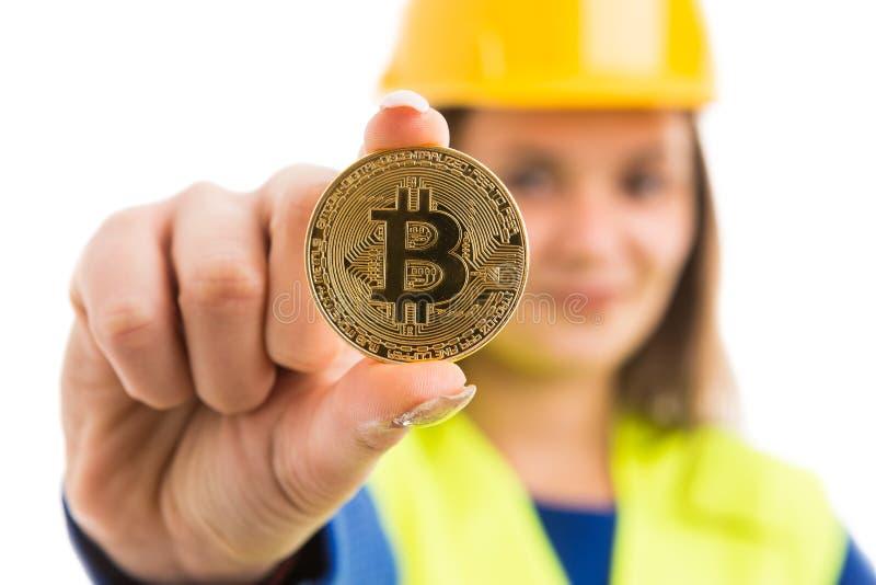 Arquiteto fêmea novo que guarda o bitcoin fotografia de stock
