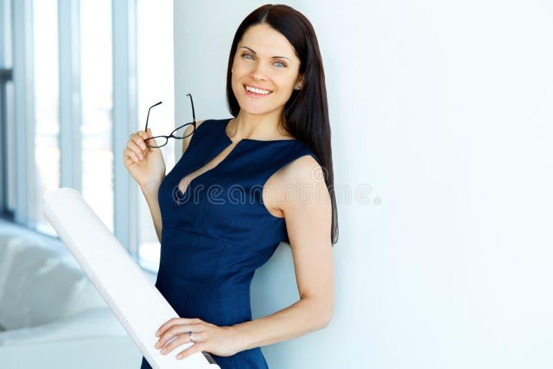 Arquiteto fêmea novo Standind em um escritório Ilustração do JPG + do vetor fotos de stock royalty free