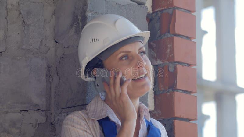 Arquiteto fêmea seguro que fala no telefone fotografia de stock