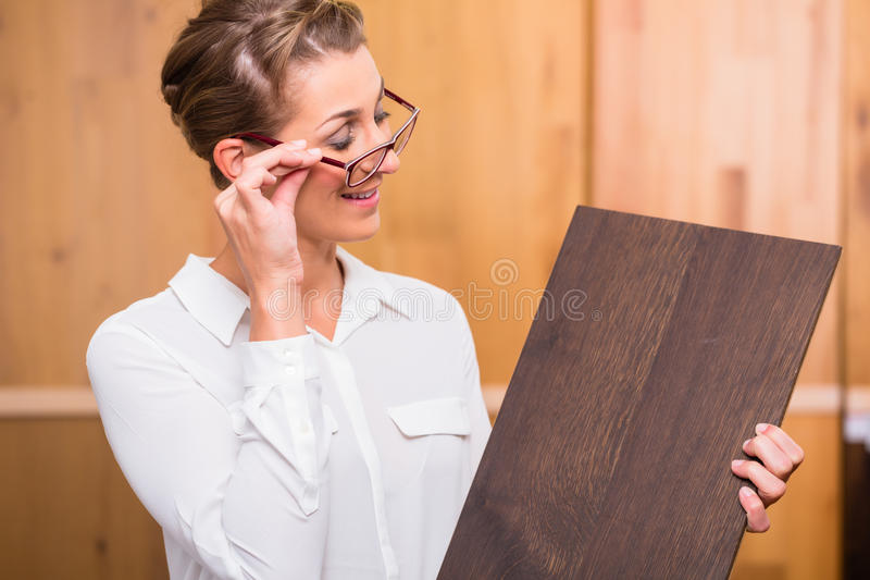 Arquiteto interior que escolhe o assoalho da madeira do parquet imagem de stock royalty free