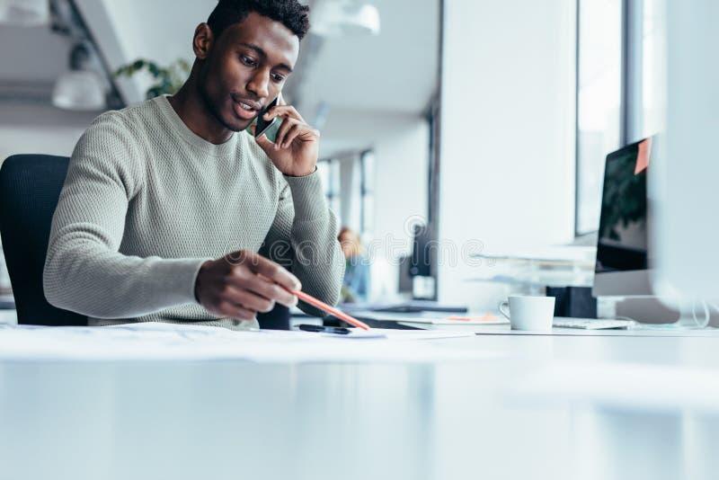 Arquiteto masculino africano que trabalha no escritório fotos de stock
