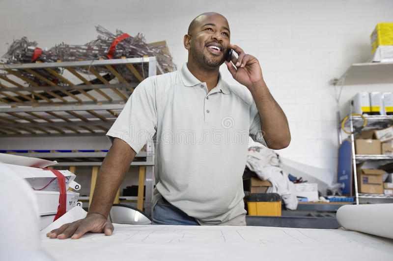 Arquiteto masculino Using Cell Phone imagens de stock royalty free