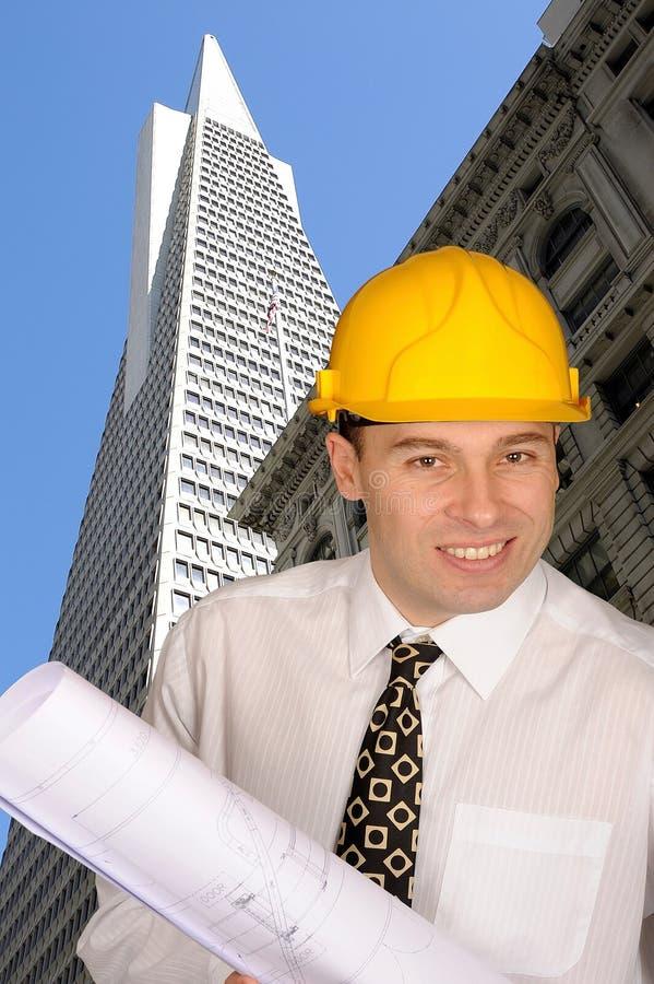 Arquiteto no capacete de segurança imagens de stock
