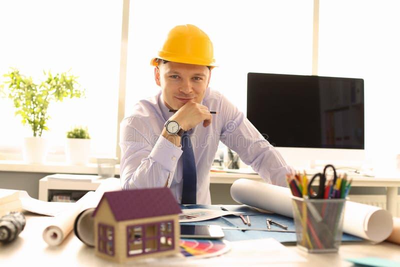 Arquiteto novo Design Building Plan no escritório imagens de stock