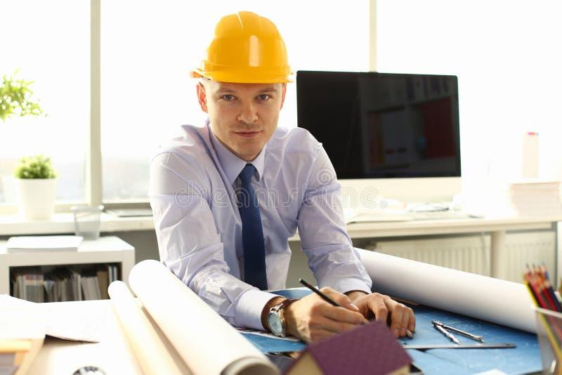 Arquiteto novo Freelance Man Working no modelo foto de stock royalty free