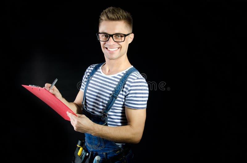 Arquiteto novo que guarda uma prancheta Sorriso e alegria fotografia de stock