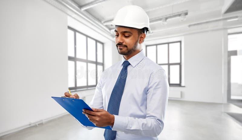 Arquiteto ou homem de negócios no capacete com prancheta imagens de stock