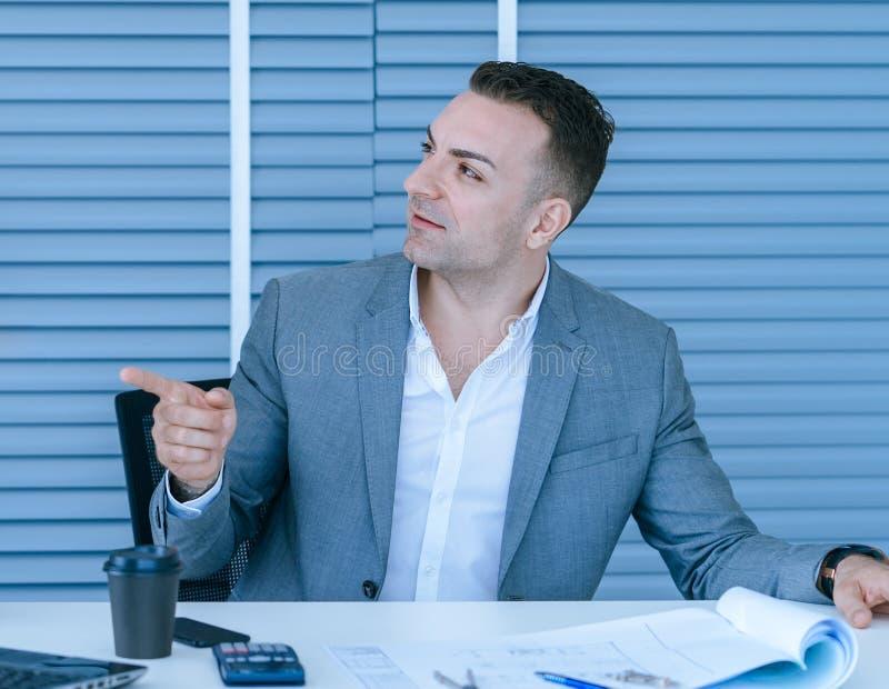 Arquiteto que discute no plano da construção dos bens imobiliários imagens de stock