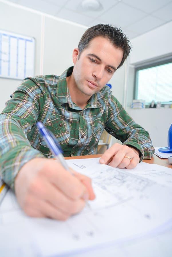 Arquiteto que elabora planos imagens de stock