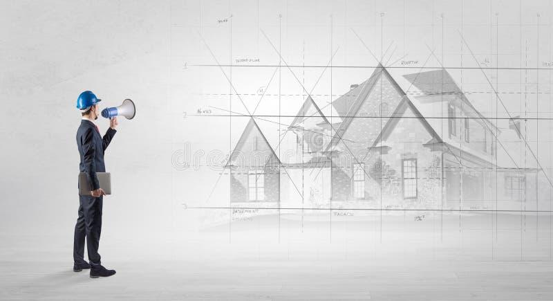 Arquiteto que est? com plano da casa foto de stock