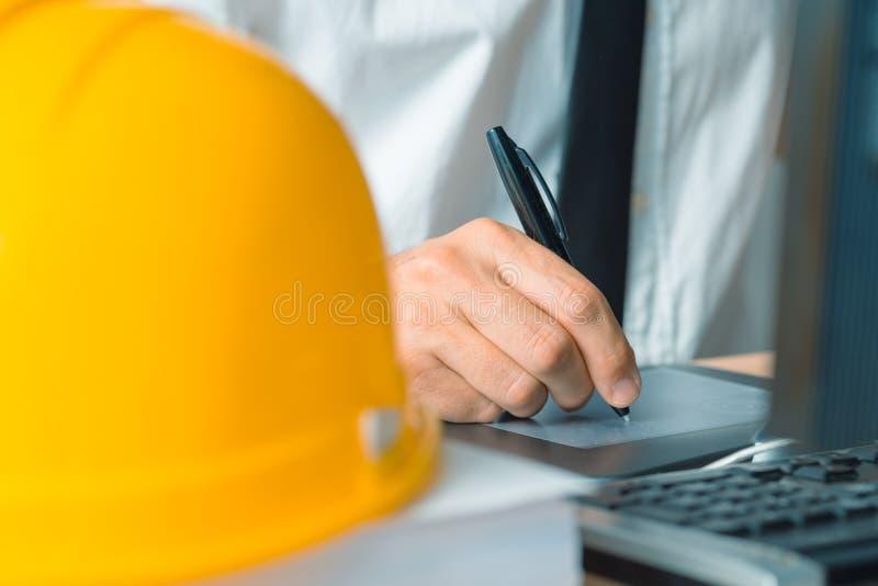 Arquiteto que trabalha com a tabuleta da pena do esboço e o software do CAD fotos de stock royalty free