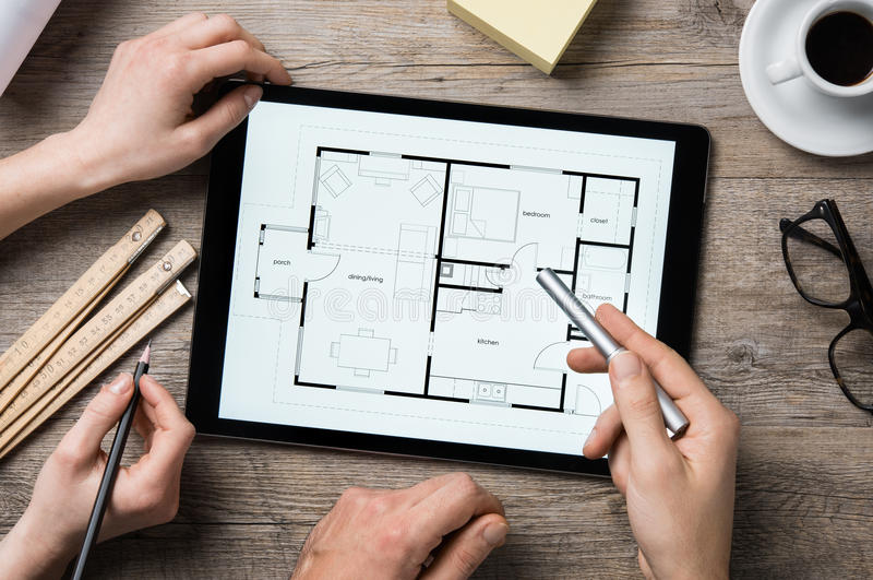 Arquiteto que trabalha na tabuleta digital imagens de stock royalty free