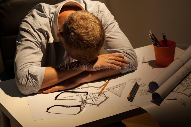 Arquiteto sonolento na noite imagem de stock