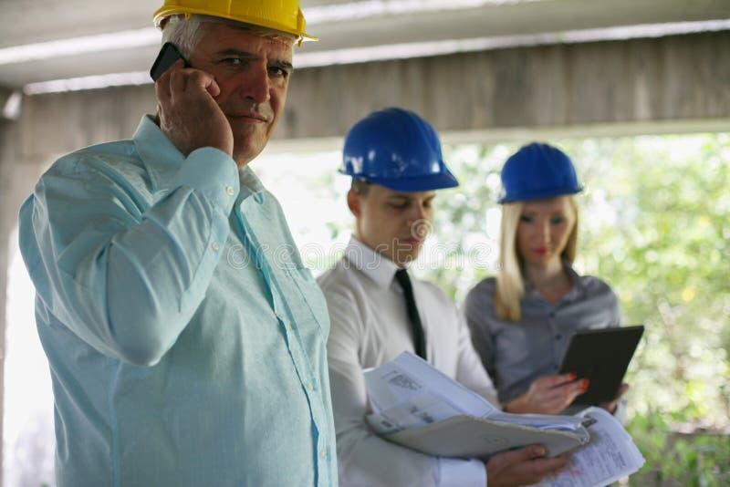 Arquiteto superior que fala no telefone esperto foto de stock royalty free