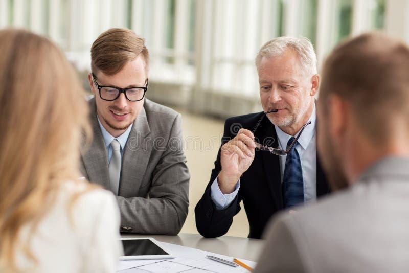 Arquitetos com PC e modelo da tabuleta no escritório imagem de stock