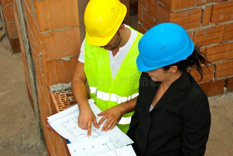 Arquitetos com projeto no local fotos de stock