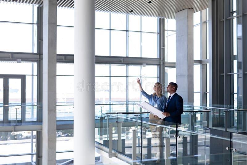 Arquitetos dos Caucasians que discutem a interação um com o otro no escritório fotos de stock