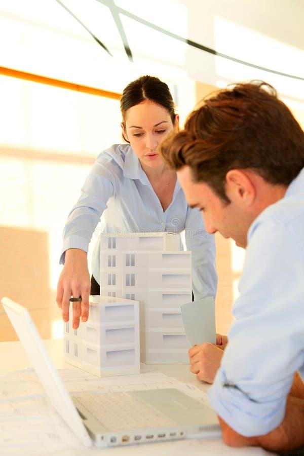 Arquitetos na reunião de negócio fotos de stock royalty free