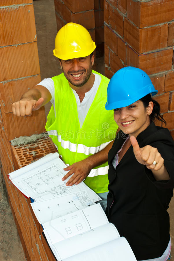 Arquitetos no local que dá os polegares acima imagens de stock