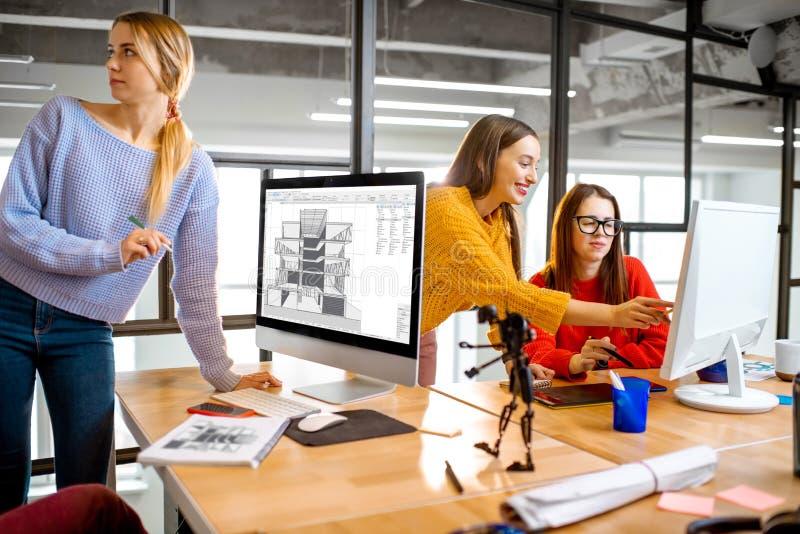 Arquitetos novos que trabalham no escritório imagem de stock