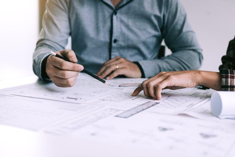 Arquitetos ou engenharia que trabalham com modelos e que discutem o projeto junto na reunião no escritório imagem de stock royalty free