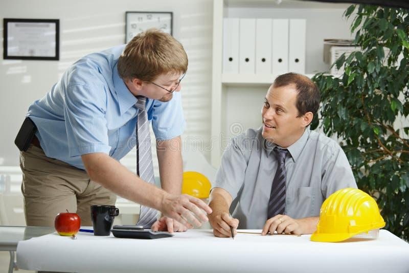 Arquitetos que falam no escritório foto de stock royalty free