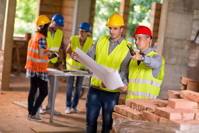 Arquitetos que planeiam junto a construção futura foto de stock