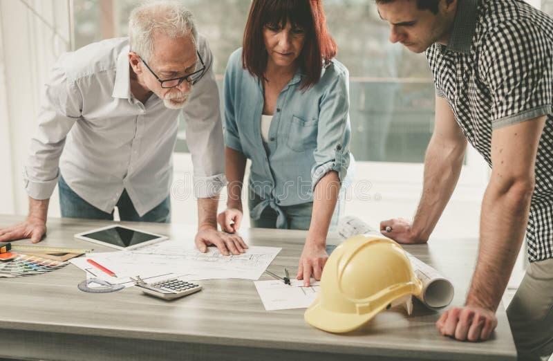 Arquitetos que trabalham em planos foto de stock
