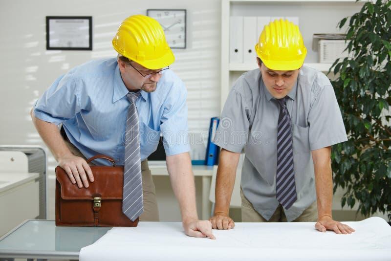 Arquitetos que trabalham no escritório imagens de stock royalty free