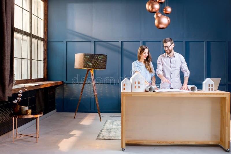 Arquitetos que trabalham no escritório foto de stock royalty free