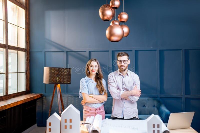 Arquitetos que trabalham no escritório imagem de stock royalty free