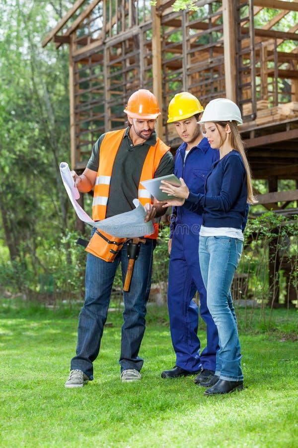 Arquitetos que usam o tablet pc na construção foto de stock royalty free