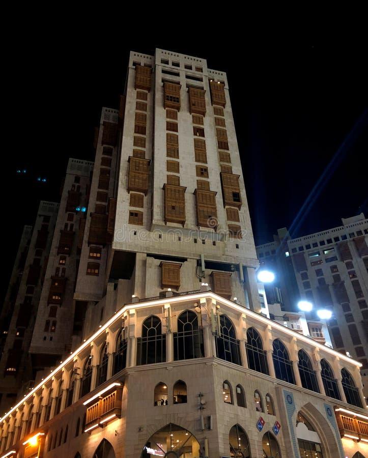 Arquitetura árabe moderna com elementos nacionais Ilumina??o da noite fotos de stock royalty free