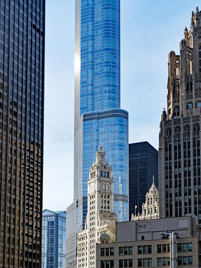 Arquitetura alta velha e nova da torre de Chicago Illinois, EUA imagens de stock