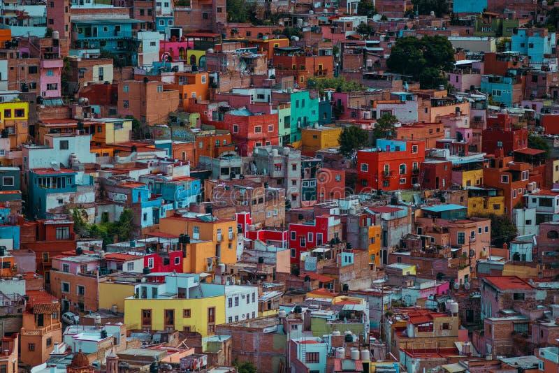 Arquitetura americana antiga colorida da catedral na multidão, Guanajuato, México fotografia de stock royalty free