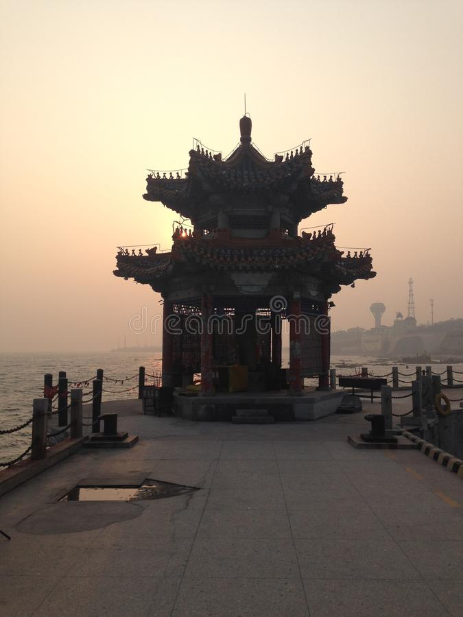 Arquitetura antiga chinesa - Qinhuangdao Qixian no mar imagem de stock