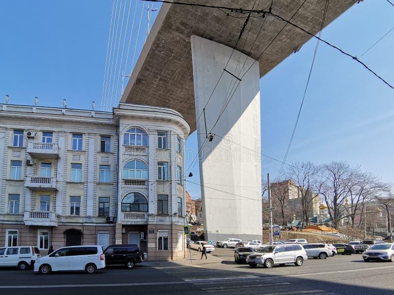 Arquitetura antiga da cidade no fundo dos apoios da ponte dourada imagem de stock royalty free