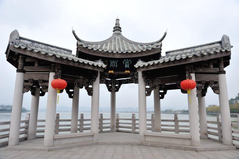 Arquitetura antiga do guangjiqiao chinês foto de stock