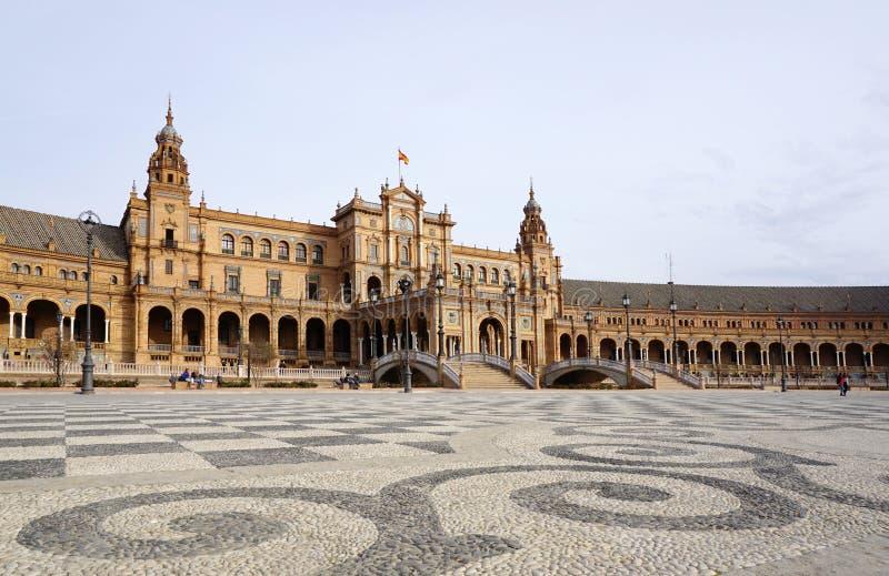 Arquitetura bonita da construção de Plaza de España com espanhol imagem de stock