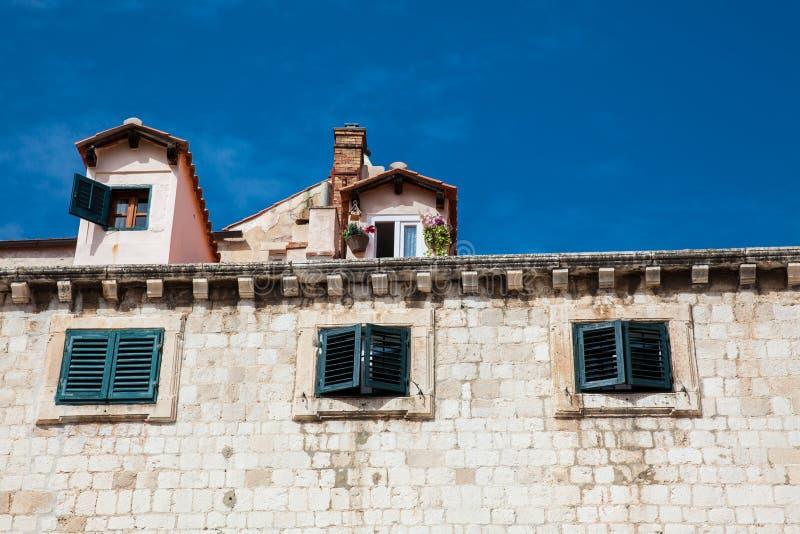 Arquitetura bonita das casas na cidade velha de Dubrovnik foto de stock