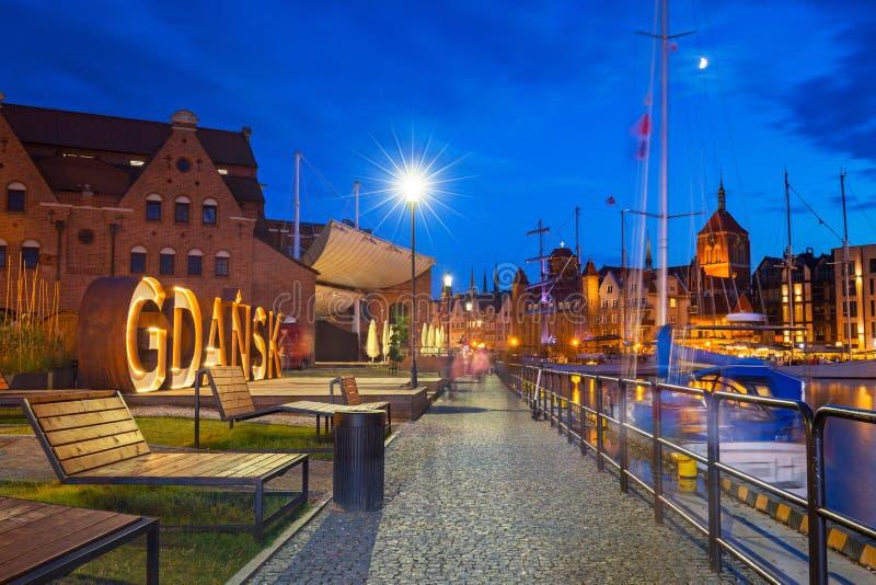 Arquitetura bonita de Gdansk com um sinal exterior no crepúsculo, Polônia fotografia de stock royalty free