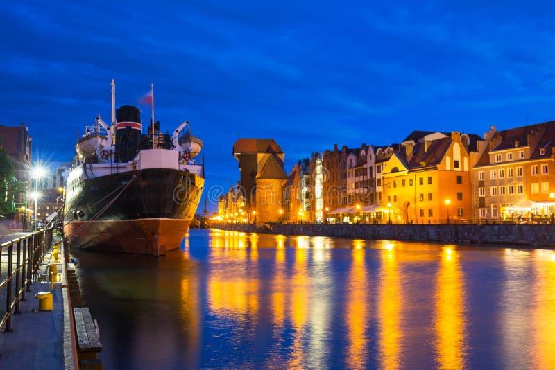 Arquitetura bonita de Gdansk sobre o rio de Motlawa no crepúsculo, Polônia imagem de stock