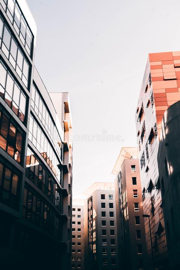 Arquitetura bonita de Marselha, França com construções altas do negócio e o céu branco fotografia de stock