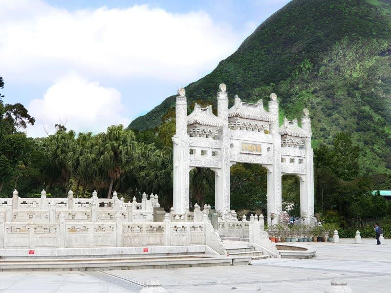Arquitetura branca da porta Buda grande, Lan Tau Island Hon Kong fotografia de stock royalty free