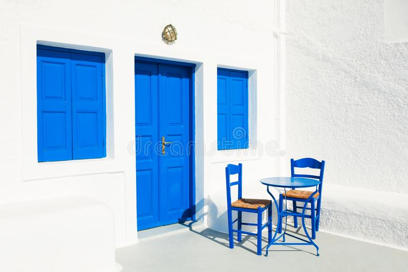 arquitetura Branco-azul na ilha de Santorini, Grécia foto de stock royalty free