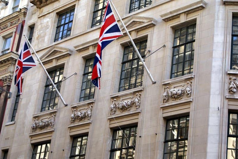 Arquitetura britânica decorada com bandeiras de Union Jack foto de stock royalty free