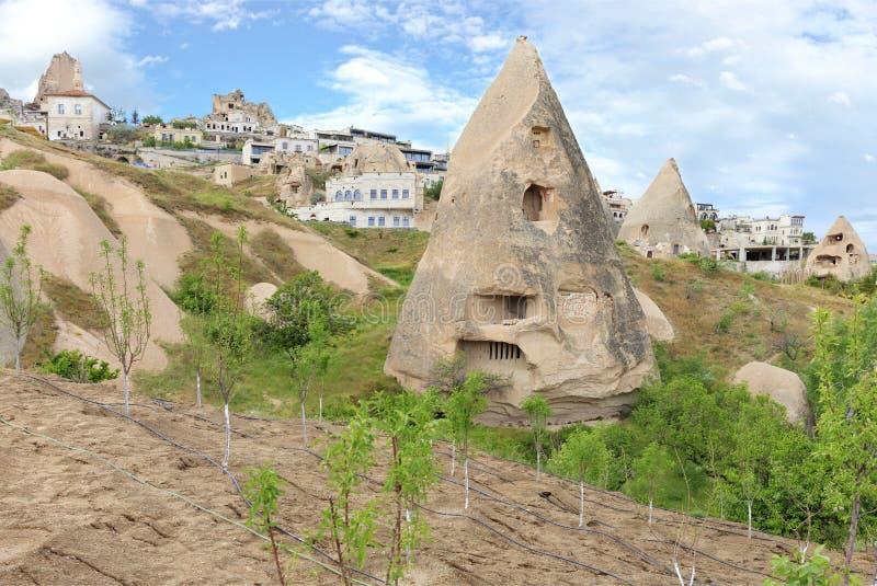 Arquitetura cônica original de cavernas residenciais nas montanhas de Cappadocia fotos de stock