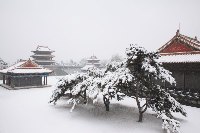 Arquitetura chinesa antiga após a neve imagens de stock