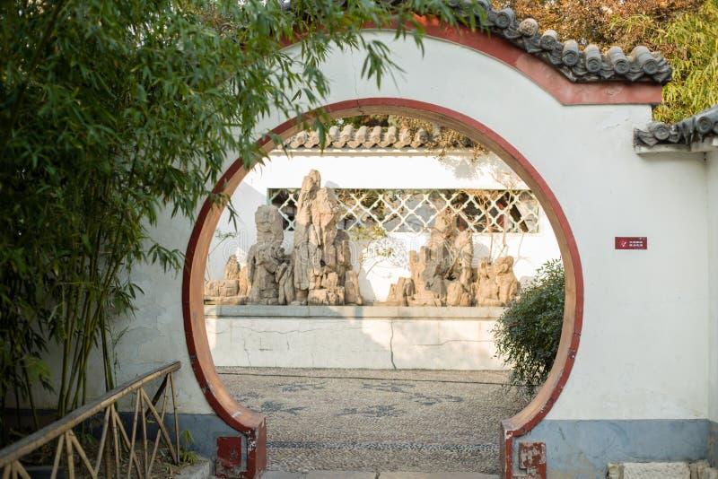 Arquitetura chinesa antiga em volta da porta fotografia de stock royalty free